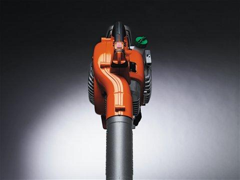 Das Lüftergehäuse ist so gestaltet, dass der Luftstrom in einer Linie mit dem Handgriff verläuft. Auf diese Art und Weise lässt sich das Gerät äußerst einfach handhaben.