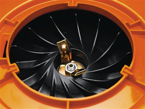 Mulchmesser zerkleinern das Material und erhöhen so das nutzbare Volumen des Fangsacks im Verhältnis 16:1.