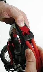 Die im Griff integrierte  Kabelzugentlastung  verhindert ein unabsichtliches  Trennen des Verlängerungskabels  während des Schneidens.