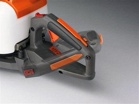 Verstellbarer hinterer Handgriff Der hintere Griff ist verstellbar und erleichtert so die Arbeit beim Schneiden der Heckenseiten.