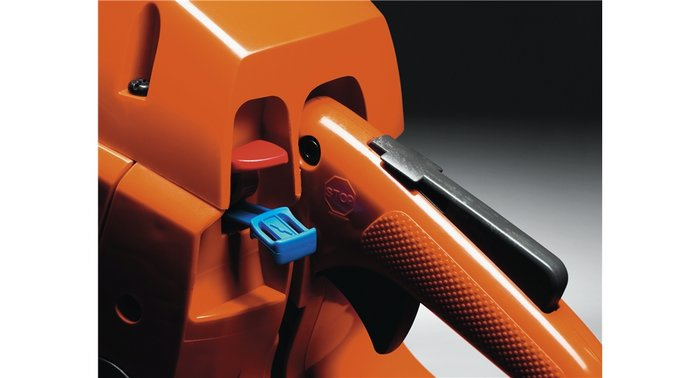 Kombinierter Choke-/Stoppschalter Der kombinierte Choke-/Stoppschalter ermöglicht ein einfaches Starten der Säge.