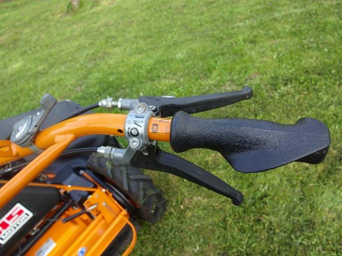 Ergonomisch optimierte Griffe sowie die starke Bremse sorgen für Arbeitskomfort und Sicherheit