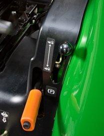 Allradantrieb ist bei diesem Traktor Serie. Der Allradantrieb kann während der Fahrt ein- oder ausgeschaltet werden, wenn der Traktor nicht unter Last ist.    Hauptmerkmale des Allradantriebs sind:  - Die Kegelradgetriebeausführung verleiht zusätzliche Festigkeit und Betriebssicherheit - Der Einschlagwinkel von 62 Grad ergibt einen kleinen Wenderadius von nur 2,7 m (8,8 Fuß) (bei betätigten Bremsen) - Erhöht die Zugleistung und verbessert die Traktion beim Betrieb auf rutschigem Untergrund - Verringerter Radschlupf, der besonders beim Betrieb eines Frontladers nützlich ist - Durch den geringeren Radschlupf kann der Kraftstoffverbrauch um bis zu 20 Prozent gesenkt werden - Die Zugkraft der Vorderräder hilft dabei, den Traktor in der Spur zu halten und wirkt unterstützend für die Geländegängigkeit - Erhöht den Wiederverkaufswert des Traktors - Ein Kontroll-/Füllpunkt an der Achse vereinfacht die Wartung  Der Allradantrieb lässt sich während der Fahrt durch die Betätigung eines Hebels links vom Fahrer aktivieren und deaktivieren.  Auf dem Armaturenbrett wird durch eine Anzeige signalisiert, dass der Allradantrieb aktiviert ist.
