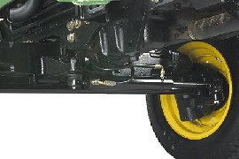 Die hydrostatische Servolenkung ist Grundausstattung. Sie ermöglicht beim Manövrieren des Traktors ein einfacheres und schnelleres Lenken.  - Besonders positiv ist dies beim Mähen um Hindernisse sowie bei Frontladerarbeiten - Weniger Drehungen des Lenkrads als bei manueller Lenkung von Anschlag zu Anschlag für ein schnelleres Ansprechverhalten - Soft-Lenkrad für höheren Fahrerkomfort  Der Lenkzylinder und die Zugstange sind unter und hinter der Vorderachse eingebaut.  - Bietet Schutz - Aufgeräumteres Aussehen  Ölversorgung durch separate Lenkpumpe.  - Die Servolenkung zapft keine Leistung von der Haupthydraulikpumpe ab - Garantiert eine reibungslose und beständige Lenkleistung auch bei niedriger Motordrehzahl  Ein Filter für die Hydraulikflüssigkeit schützt das Lenk- und Hydrauliksystem vor Verunreinigung und verlängert dadurch die Betriebszeit.