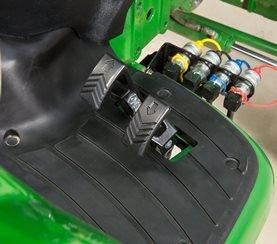 Das Twin Touch Pedal bietet im Vergleich zu Traktoren von Wettbewerbern mit hydrostatischem Getriebe mehrere Vorteile.  Hauptvorteile im Vergleich zu Traktoren mit Hydrostatikgetriebe von Wettbewerbern:  - Bei manchen Wettbewerbertraktoren mit hydrostatischem Getriebe kommt ein Kipppedal für die Fußbetätigung des Getriebes zum Einsatz - Dadurch muss der Fahrer für einen Fahrtrichtungswechsel mit Zehen und Ferse drücken, was die Ermüdung verstärkt.