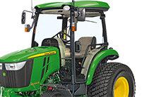 - Große Handgriffe an jedem Kotflügel vereinfachen das Auf- und Absteigen - Serienmäßig verstellbare Lenksäule. Die verstellbare Lenksäule:  - Ermöglicht dem Fahrer, das Lenkrad in die bequemste Position zu bringen  - Bietet dem Fahrer zusätzlichen Raum zum Ein- und Aussteigen − einfache Rückkehr zur obersten Position  - Bietet viel Platz für komfortable Bedienung  - Der überarbeitete MBR-Wählhebel der Zapfwelle gehört zur Serienausstattung und ermöglicht unabhängige Bedienung der Heck- und Zwischenachszapfwelle - Die Bedienelemente sind durch verschiedene Farb- und Formgebung leicht zu identifizieren - Einfach klappbarer Überrollschutz mit eingebautem Dämpfer gegen Klappern - Serienmäßige Trittstufe links für vereinfachten Zugang zur Fahrerplattform - Die Fahrerplattform ist auf Gummidämpfern montiert und beinhaltet eine Fußmatte für gesteigerten Fahrerkomfort - Diese Gasbetätigung ist besonders praktisch bei Laderarbeiten