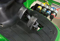 Hydrostatisches Getriebe Für einfache, intuitive Bedienung und präzisen Betrieb; Zwei Geschwindigkeitsbereiche für optimale Leistung in allen Einsatzbereichen.