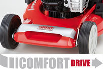 Mit einem Konuskupplungsgetriebe. Es ermöglicht ein dosierbares Einkuppeln des Antriebs und somit ein stufenloses, sanftes Anfahren durch das langsame Anziehen des Fahrantriebbügels.