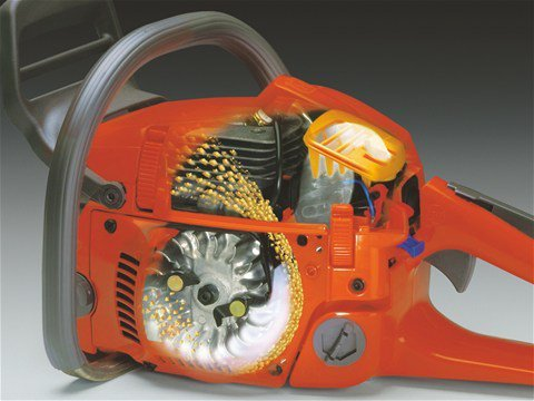 Air Injection™  Das zentrifugale Luftreinigungssystem sorgt für geringeren Verschleiß und ermöglicht längere Einsätze zwischen den einzelnen Filterreinigungen.  Husqvarna Air Injektion absolut effektive Reinigung der Ansaugluft erhebliche Minderung von Verschleiß und Kraftstoffverbrauch konstant optimale Leistung