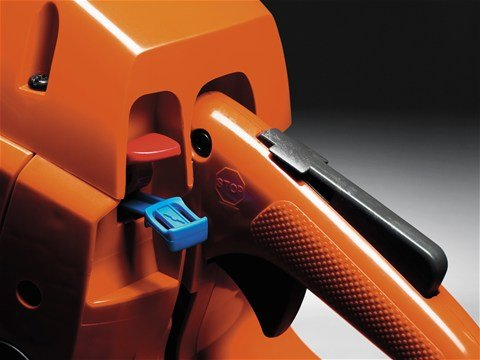 Der kombinierte Choke-/Stoppschalter ermöglicht ein einfaches Starten der Säge.