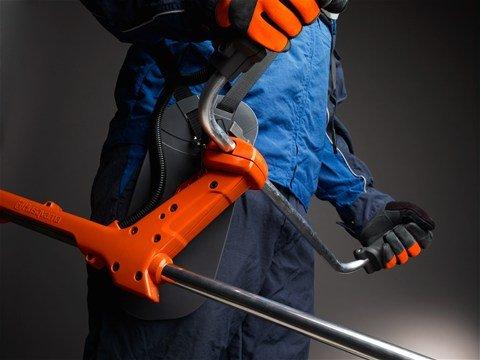 Erhöhter Griff Die erhöhte Anbringung des Griffs schafft zusätzliche Bewegungsfreiheit und erleichtert die Arbeit an Hängen.
