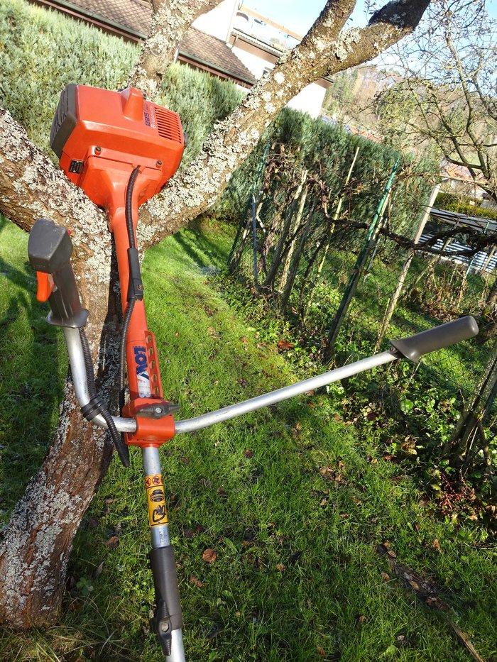Kombischutz Dank des Kombischutzes kann wahlweise mit Grasmesser oder Trimmerkopf gearbeitet werden.