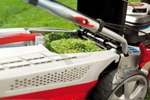 Volle Box, Weniger Pausen  Durch die MaxAirflow-Technology gelangt der Rasenschnitt bis nach hinten in die Fangbox, wodurch diese bis obenhin gefüllt wird und so seltener geleert werden muss.