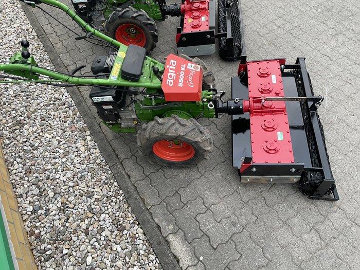 Grundmaschine mit Anbau-Kreiselegge im Einsatz