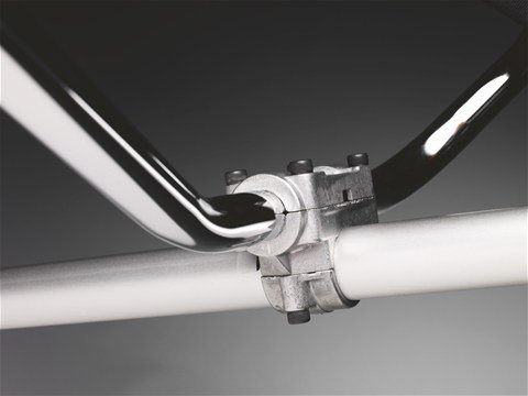 Der Griff ist mittels einer gegossenen Klammer am Schaft befestigt, so dass eine hohe Haltbarkeit gewährleistet ist.