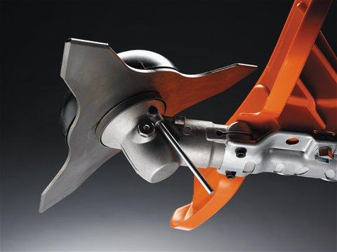 Ein Magnet fixiert den Sperrstift und erleichtert so den Wechsel des Schneidwerkzeugs.