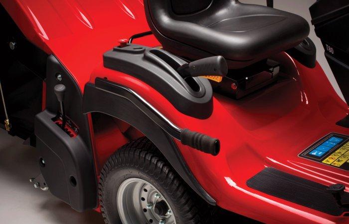 leichtes Absenken der Heckanbaugeräte  über den Hebel lassen sich alle Heckanbaugeräte wie Rasenpflegemaschine oder der Vertikutierer bequem absenken.