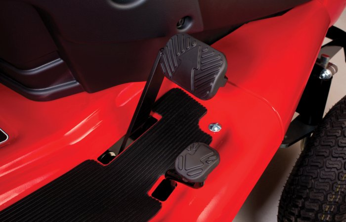 stufenlose Geschwindigkeitsregelung -  über die Fahrpedale lässt sich die Vorwärts- und Rückwärtsgeschwindigkeit stufenlos regulieren.