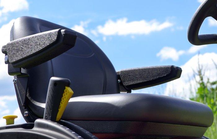 Sitze mit Armlehnen am 4WD -  Alle unsere 4WD Modelle haben gemeinsam, dass sie einen Sitz mit Armlehnen haben, der auch bei Fahrten in der Schräge für den Fahrer sicheren Halt bietet ohne abzurutschen.