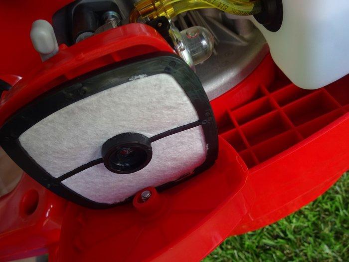 Wer gute Technik liebt kann sie hier sehen: Solider Gewebe-Luftfilter ( nicht liederliches Schaumgummi wie  bei manch einem super-überteuerten Hochpreis-Markenprodukt ) - werkzeuglos zu warten - Kraftstoff-Primerpumpe für den schnellen Sofortstart nach längerer Standzeit