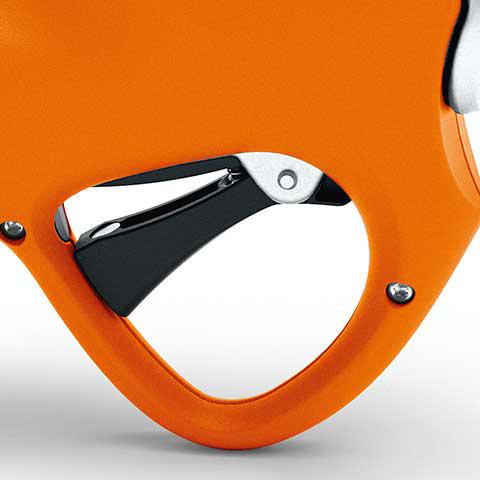 Einstellbare Klingenöffnung  Die Klingenöffnung lässt sich am Steuergerät individuell auf vier Stufen einstellen 50%, 60%, 70% oder 100%. Während des Arbeitens reicht ein schneller Doppelklick am Schalthebel, um zwischen der eingestellten und der vollen Klingenöffnung zu wechseln. So werden verschiedene Aststärken effektiv und zeitsparend geschnitten. Doppelklick und Halten, schließt die Klinge und das Gerät kann am Steuergerät ausgeschaltet werden.