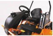 KOMFORTABLER FAHRANTRIEB Stufenloser hydrostatischer Antrieb mit Einhand-Fahrhebel, Tempomat und integrierter Feststellbremse für ermüdungsfreies Arbeiten.