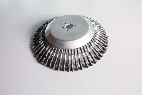 Bürstensystem  Die geschlossene Tellerbürste mit Drahtzöpfen verhindert Steinschlag bei gleichzeitig sehr gutem Arbeitsergebnis.