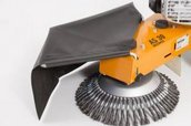 Schutztuch  Das werkzeuglos verstell- und abnehmbare Schutztuch verhindert Steinschlag und ermöglicht so ein Arbeiten auf verkehrsnahen Flächen ohne zusätzliche Absicherungen.