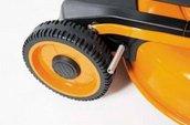 Radabstreifer  Abstreifer an allen vier Rädern verhindern, dass das Mähgut haften bleibt.