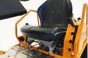 """Komfortables Arbeiten  Hervorragender Sitzkomfort durch aufrechte Sitzposition und längenverstellbaren Schalensitz. Die tiefe Sitzposition """"in"""" der Maschine in Kombination mit dem niedrigen Schwerpunkt und der seitlichen Gras- (bzw. Gestrüpp-) Abweiser sorgen zusätzlich für Sicherheit."""