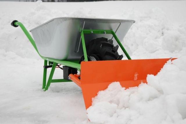 Schneeschild für Akkuschubkarre Das einstellbare Schneeschild kann als Zubehör an die Front der Akkuschubkarre montiert werden. Mit einer Räumbreite von 65 cm ist es optimal zum Räumen von Gehwegen und Einfahren geeignet. Da es nach links und rechts verstellbar ist, kann der Schnee jeweils in die gewünschte Richtung abgeleitet werden. 65 cm Räumbreite klappbar Frontmontage ca. 25 cm hoch Gewicht ca. 15kg