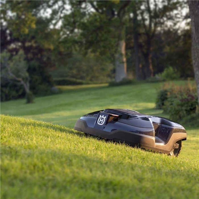 Komplexe Rasenflächen - Perfektes Ergebnis  Der robuste und zuverlässige Husqvarna Automower® bewältigt anspruchsvolle Rasenflächen und bietet perfekte Schnittergebnisse. Er navigiert mühelos durch komplexe Bereiche, passiert Engstellen, unebenen Untergrund und Steigungen, sodass Sie mit minimaler Interaktion stets einen perfekt gemähten Rasen erhalten.