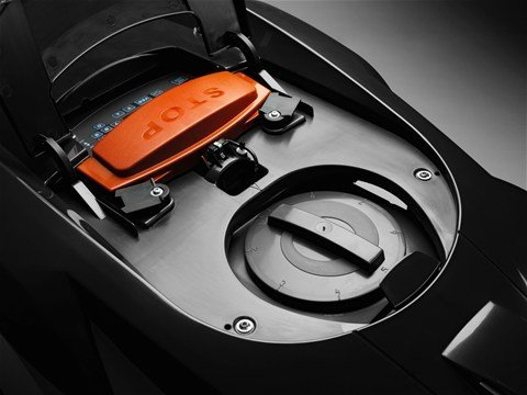 Die Schnitthöheneinstellung kann einfach vorgenommen werden, indem man die Klappe auf der Oberseite des Mähers öffnet und den großen Knopf entsprechend dreht.