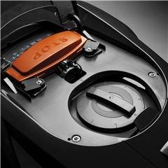 Einfache Schnitthöhenverstellung Die Schnitthöheneinstellung kann einfach vorgenommen werden, indem man die Klappe auf der Oberseite des Gerätes öffnet und den großen Knopf entsprechend dreht.