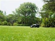 Doppeltes Begrenzungskabel Unsere Topmodelle sind mit zwei Begrenzungskabel ausgestattet, welche auf oder unter dem Rasen verlegt werden. Dies reduziert die Suchzeit, speziell bei komplexen Gärten. Der Mäher findet selbständig seinen Weg zur Ladestation zurück.