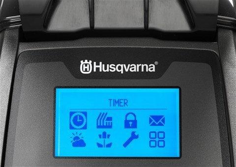 Automatische Bewältigung von Passagen Der Husqvarna Automower® bemerkt automatisch enge Durchgänge und bahnt sich seinen Weg sogar durch die engsten Passagen. Seine Route durch den Durchgang variiert, um unschöne Spuren zu vermeiden.