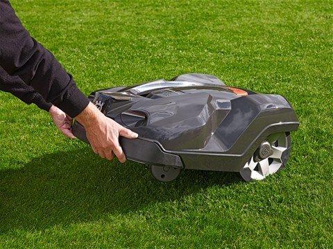 Bewältigt anspruchsvolles Gelände Grosse Antriebsräder bieten exzellente Traktion, sogar wenn die Oberfläche glatt ist. Der Mäher bewältigt Steigungen bis zu 45%.