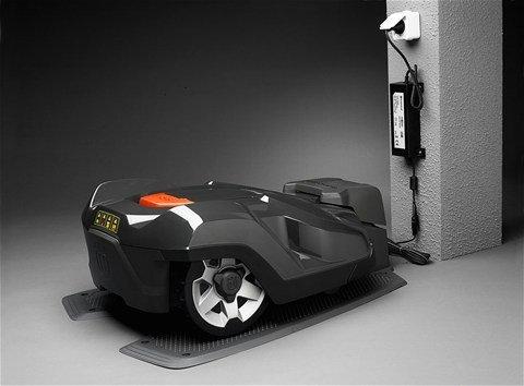 Wenn die Batteriekapazität des Automowers® niedrig ist, findet das Modell selbstständig seinen Weg zur Ladestation.