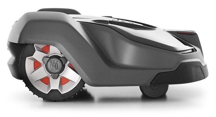 Der Husqvarna Automower® schneidet nicht viel auf einmal, dafür aber regelmäßig, um einen schönen und gesunden Rasen zu gewährleisten. Er ist mit rasiermesserähnlichen Klingen aus Karbonstahl ausgestattet, die an einer robusten Schneidscheibe montiert sind. Dies sorgt für einen effizienten Betrieb und extrem niedrigen Energieverbrauch.