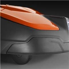 Frontstoßstange Die aus Gummi gefertigte Frontstoßstange macht den Mäher resistenter gegenüber wiederkehrenden Kollisionen mit Bäumen, Sträuchern und anderen Objekten innerhalb der Anlage.