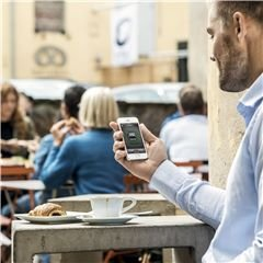 Automower® Connect Automower® Connect gibt Ihnen die volle Kontrolle über den Mähroboter direkt über Ihr Smartphone. Sie können Start-, Stopp- und Parkbefehle senden, die Einstellungen überprüfen und anpassen. Außerdem erhalten Sie Alarme und verfolgen die Position Ihres Mähroboters im Falle eines Diebstahls - wo auch immer Sie sind.