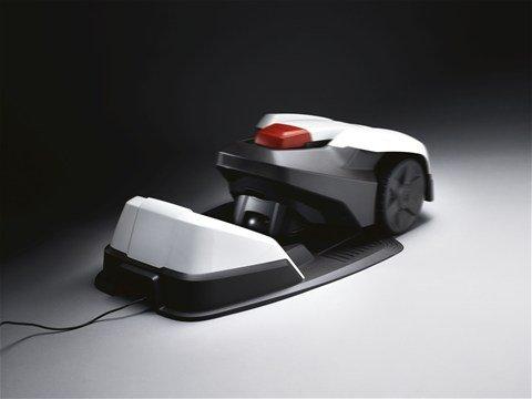 Automatisches Laden:  Wenn die Batteriekapazität des Automowers® niedrig ist, findet das Modell selbstständig seinen Weg zur Ladestation.