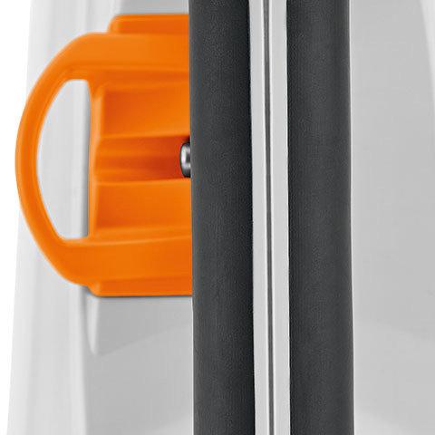 Einhängöse für Anlagepolster  Das Gerät kann während des Betriebs oder bei Arbeitspausen an der entsprechenden Öse am Anlagepolster eingehängt werden. Dies entlastet den Anwender deutlich.
