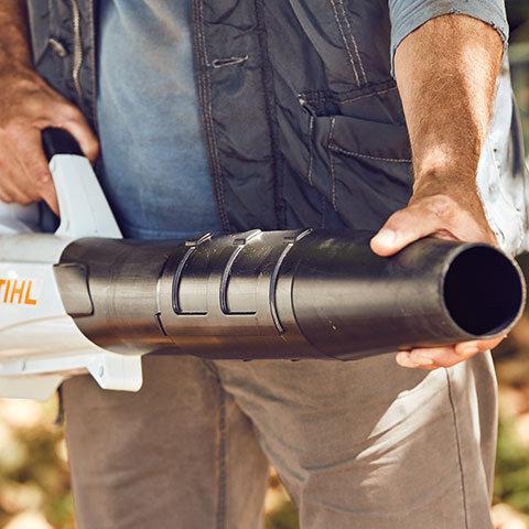 Längenverstellbares Blasrohr  Das Blasrohr des BGA 56 kann in 3 Stufen an die Körpergröße des Anwenders angepasst werden. Dadurch wird ein unnötiger Verlust von Blaskraft durch zu großen Abstand zum Boden vermieden.