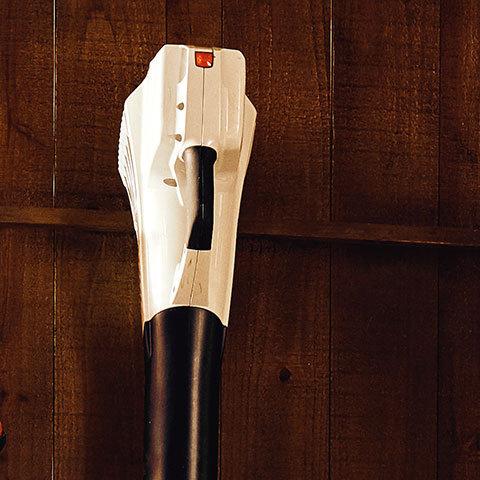 Aufhängeöse  Im Griffgehäuse ist eine Einhängeöffnung angebracht, an der Sie das Gerät sicher an der Wand aufhängen können.