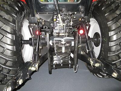 Ausziehbare Unterlenker. 2 doppelwirkende Hydraulikanschlüsse hinten.
