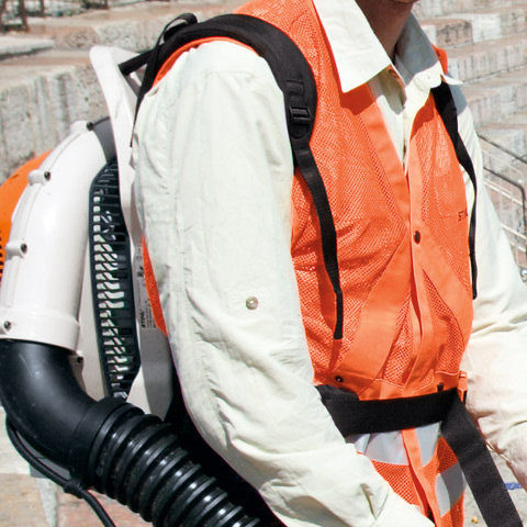 Komfortables Tragsystem mit Hüftgurt  Mit Höhen- und Neigungsverstellung sowie atmungsaktiver Rückenpolsterung für ermüdungsarmes Arbeiten. Der Hüftgurt erleichtert die Arbeit zusätzlich besonders bei Langzeiteinsätzen. (Abb. ähnlich)