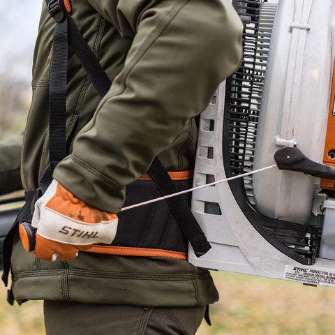 STIHL ErgoStart (E): Der STIHL ErgoStart ermöglicht ein besonders komfortables Anwerfen der Maschine. Dabei wird der Startvorgang durch einen zusätzlichen Federspeicher zwischen Kurbelwelle und Anwerfvorrichtung unterstützt, der die benötigte Kraft beim Anwerfen der Maschine reduziert.