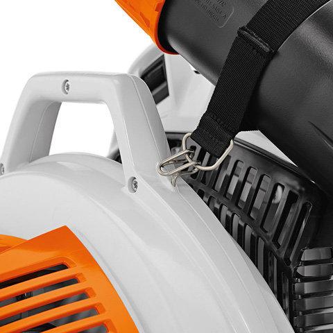 Blasrohrhalterung: Die praktische Blasrohrhalterung und der optimal über dem Schwerpunkt positionierte Tragegriff vereinfachen den Transport des Gerätes.