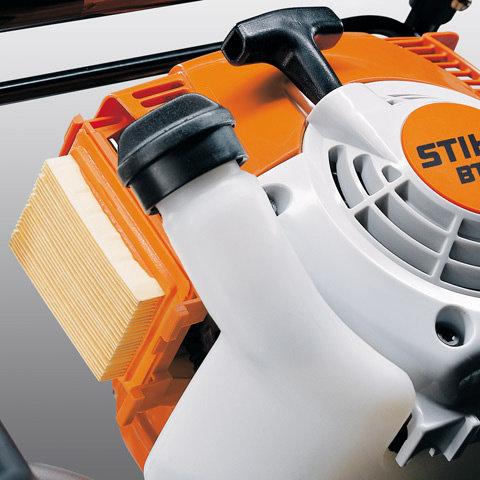 Langzeit-Luftfiltersystem  Zusammen mit dem in den Vergaser integrierten Kompensator bietet das Filtersystem lange Reinigungsintervalle und zuverlässigen Triebwerkschutz.